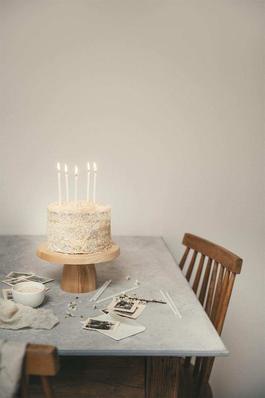 Layer cake vanille, framboises et noix de coco