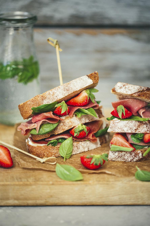 Sandwich au jambon cru, labneh maison et fraises