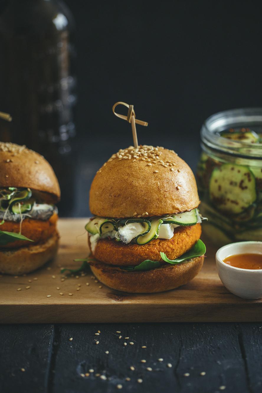 Veggie burgers au pois-chiche et pickles de courgettes