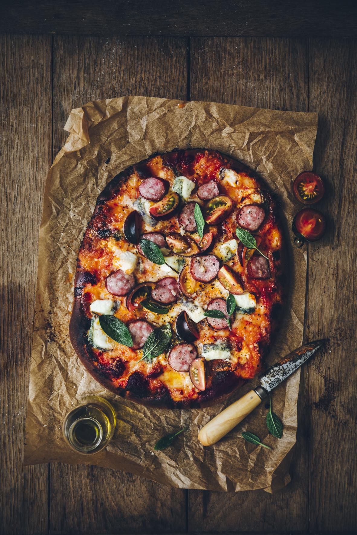 Pizza à la saucisse épicée et au chèvre ©Sandrine Saadi